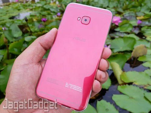 Zenfone 4 Selfie Pro dengan cover bawaan paket penjualan terpasang