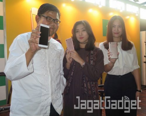 (ki-ka) Aryo Meidianto A, Media Engagement Oppo Indonesia; Isyana Sarasvati, Brand Ambassador Oppo Indonesia; Alinna Wenxin, Brand Manager Oppo Indonesia