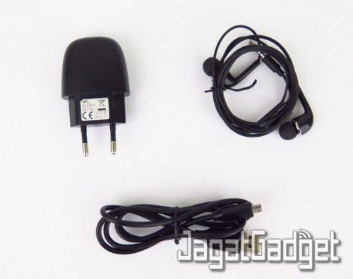 kelengkapan paket: kabel charger, adapter, earphones