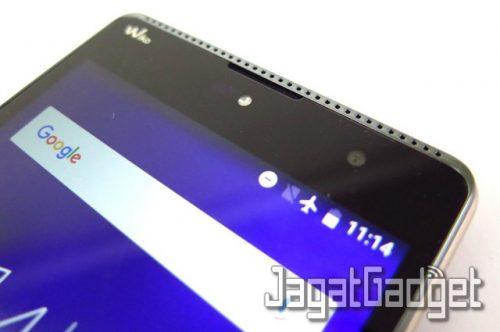 speaker yang terletak di bagian permukaan atas smartphone