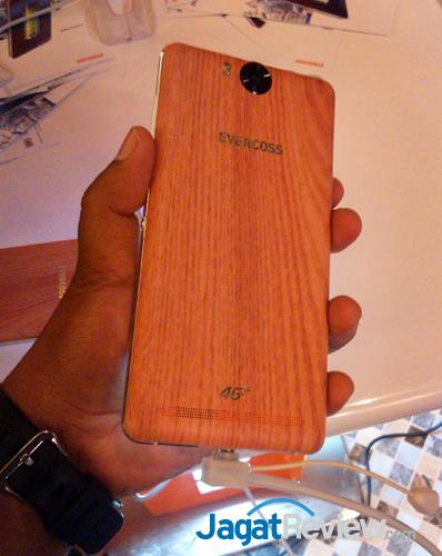 Case belakangnya memiliki motif kayu