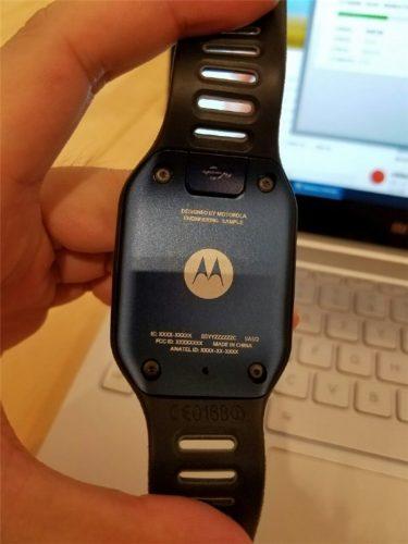 Motorola-smartwatch-prototype-featured-a-rectangular-screen-and-a-microUSB-port (2)