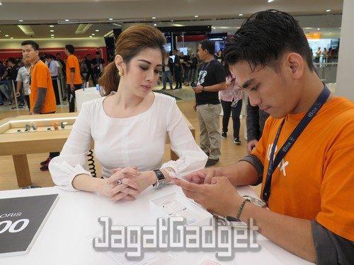Lauren Santoso, konsumer pertama yang hadir dan membeli iPhone 7 Plus pertama di iBox Central Park