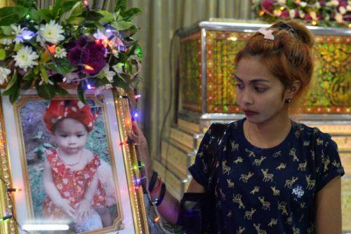 Jiranuch Tritat, ibu dari anak bayi berusia 11 bulan yang dibunuh oleh ayahnya sendiri dan prosesnya disebarkan melalui Facebook Live, berdiri di sebelah foto sang anak di kuil di Phuket. Thailand April 25, 2017. Photo by REUTERS/Sooppharoek Teepapan