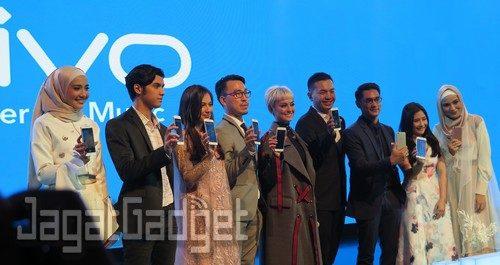 Edy Kusuma, Brand Manager PT Vivo Mobile Indonesia dan Kenny Chandra, Product Manager PT Vivo Mobile Indonesia berpose bersama dengan para ambasador Vivo