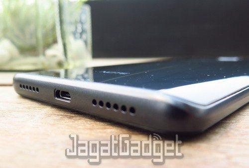 smartphone ini nampaknya masih akan menggunakan port microUSB untuk pengisian ulang baterai