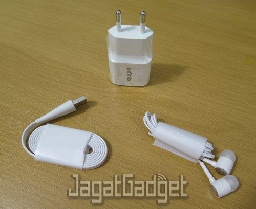 kelengkapan paket penjualan berupa adapter, kabel USB, dan earphone